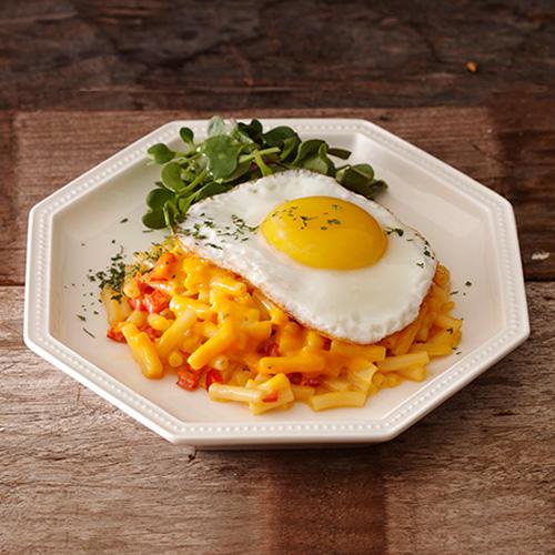 달걀프라이를 올린 맥앤치즈