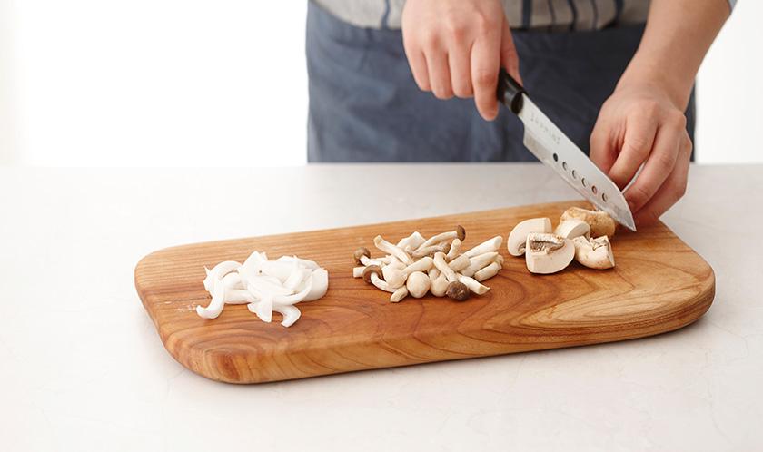버섯은 한입크기로 썰고, 양파는 0.5cm 두께로 슬라이스한다.