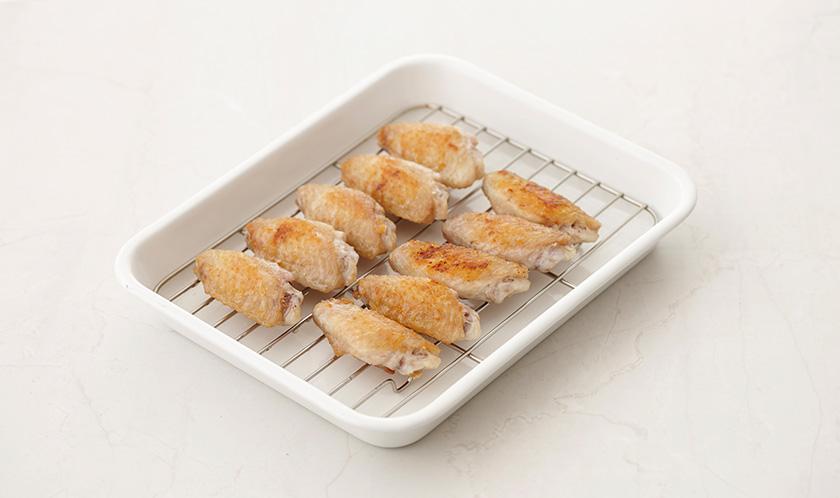 180℃로 예열한 오븐에서 닭날개를 15분간 굽는다.