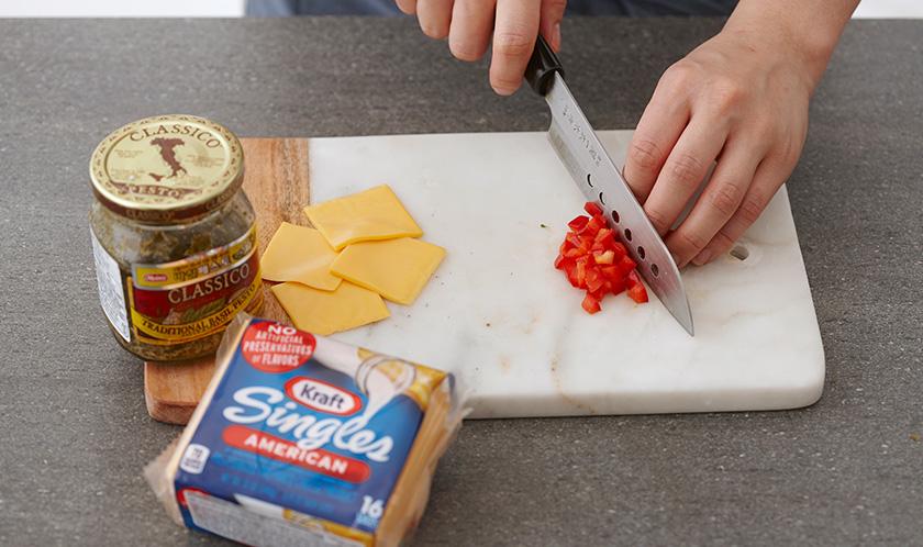치즈를 4등분하고, 빨강 파프리카는 굵게 다진다.