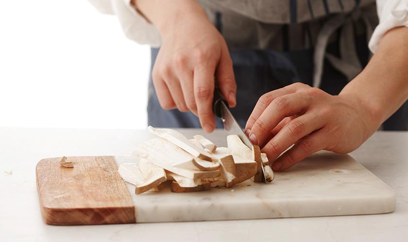 새송이버섯은 세로로 2등분한 후, 5mm 두께로 길게 편썬다.