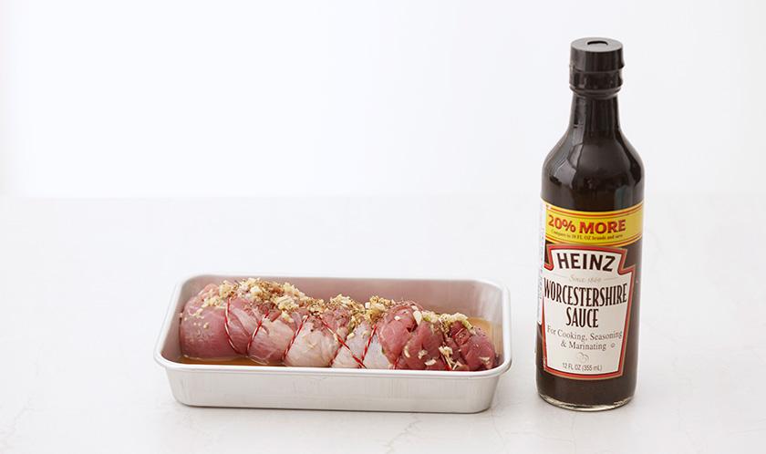 우스타 소스, 오렌지주스 1/4컵, 다진 마늘, 타임을 섞어 격자모양으로 칼집낸 돼지고기에 뿌려 냉장고에서 30분간 재운다.