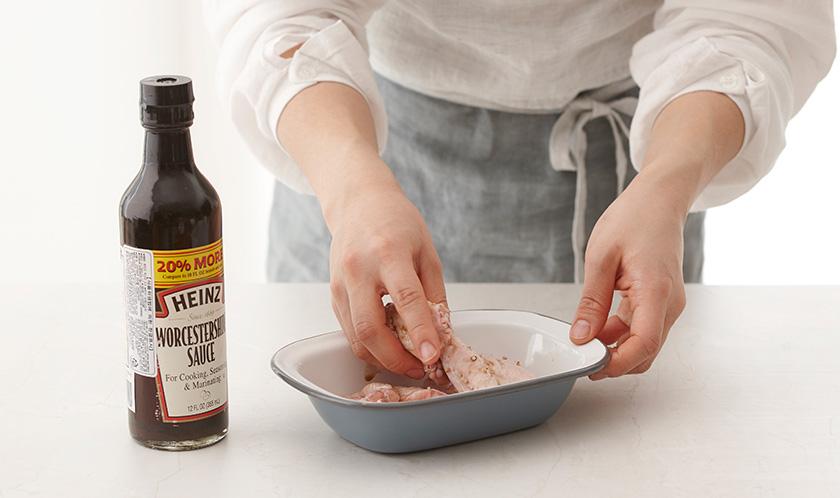 닭날개는 칼집을 두 곳에 넣고 분량의 밑간 재료를 넣어 버무린다.