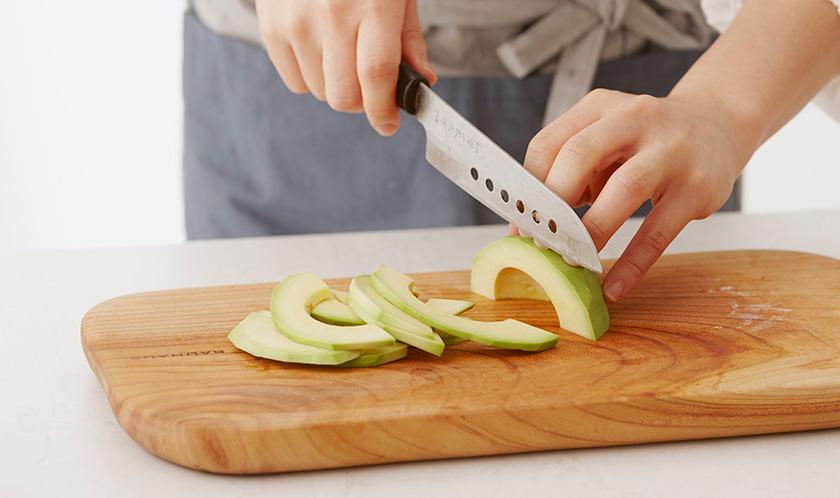 아보카도는 씨와 껍질을 제거한 후, 0.3cm 두께로 슬라이스한다.