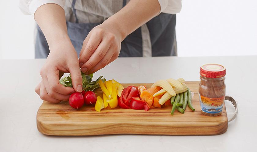 당근과 파프리카는 굵게 채썰고, 마늘은 다지고, 엔쵸비는 기름을 제거한 후 곱게 다진다.