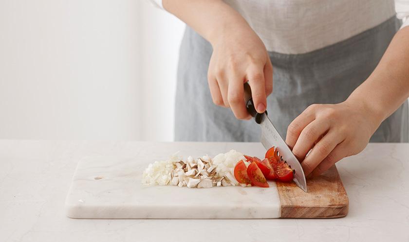 양파, 대파, 새송이버섯은 곱게 다지고, 방울토마토는 4등분한다.