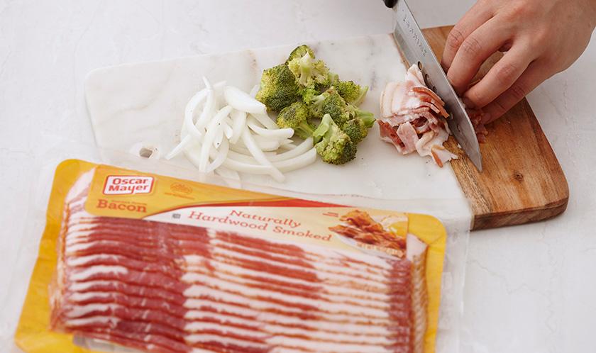 양파는 굵게 슬라이스하고, 브로콜리는 한입크기로 자르고, 베이컨은 1cm 폭으로 자른다.