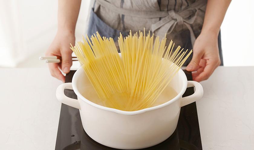 소금을 넣은 끓는 물에 스파게티를 8분간 삶는다. 이때 삶은 물 1/2컵을 남겨둔다.