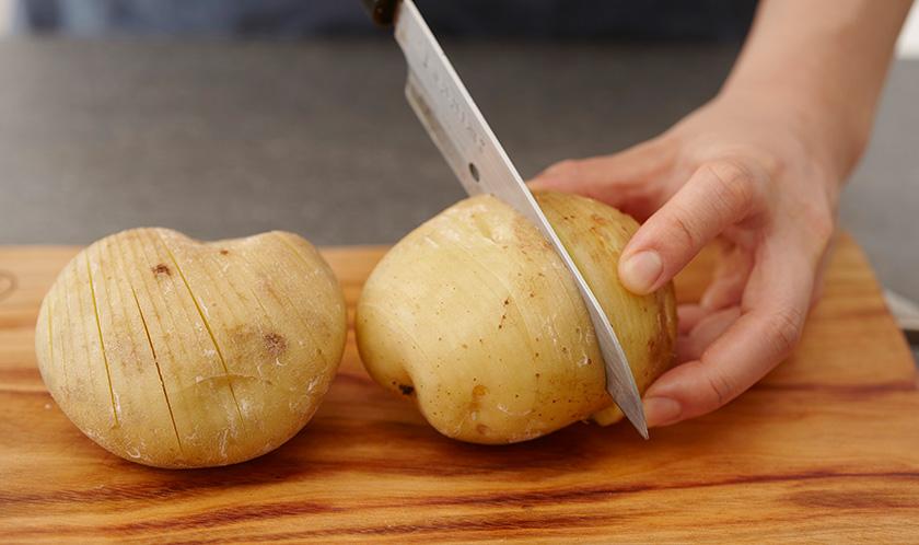 감자는 얇고 깊게 칼집을 내고 올리브오일을 위에 바른다.