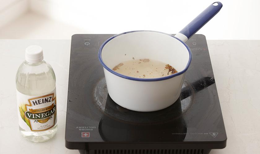 냄비에 식초, 물, 설탕, 소금, 피클링스파이스를 넣고 한소끔 끓인 후 식힌다.