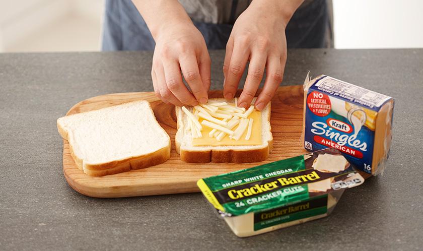 식빵에 치즈와 채 썬 체다치즈를 올린다.