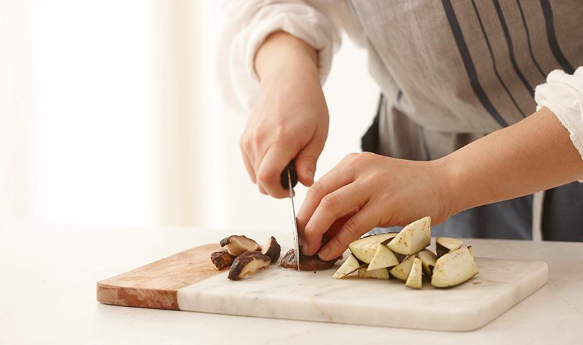 가지는 손가락 굵기로 자르고 표고버섯은 4등분으로 편썬 후 튀김가루를 가볍게 묻힌다.
