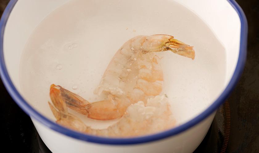 새우는 머리와 껍질을 제거한 후 끓는 물에 데친다.