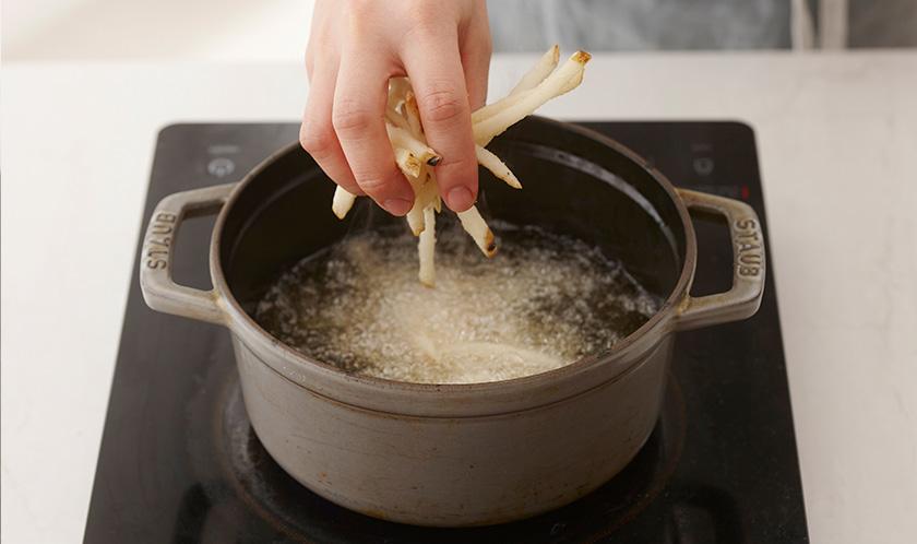 감자튀김은 달군 튀김유에 노릇하게 튀긴다.