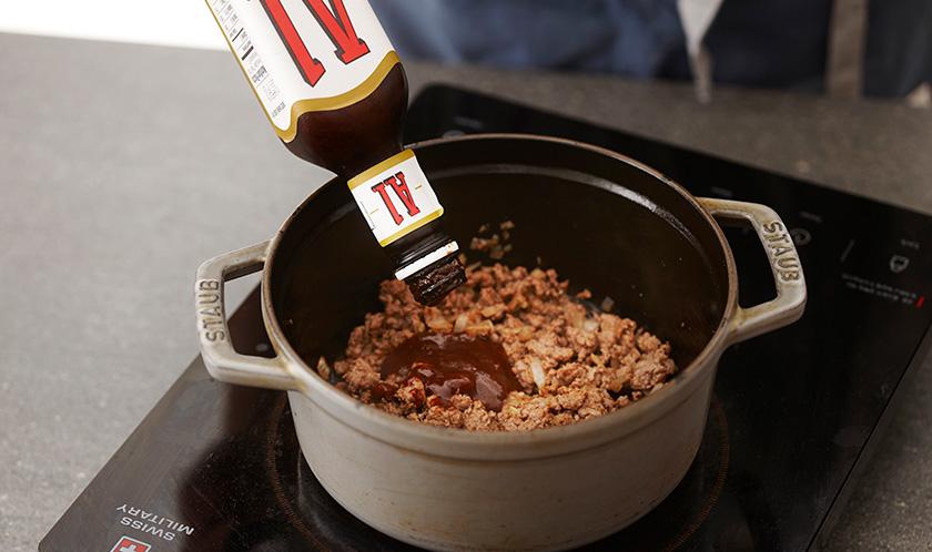 냄비에 소고기와 다진 양파를 넣고 보슬보슬하게 볶은 후 A1 스테이크 소스를 넣어 섞는다.<br>