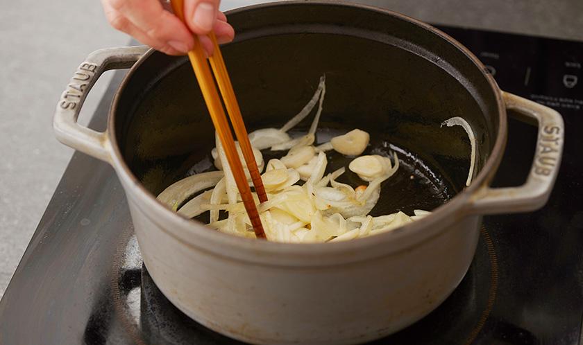 버터를 녹인 냄비에 양파를 중불에서 볶아 갈색이 되기 시작하면 마늘을 넣는다.