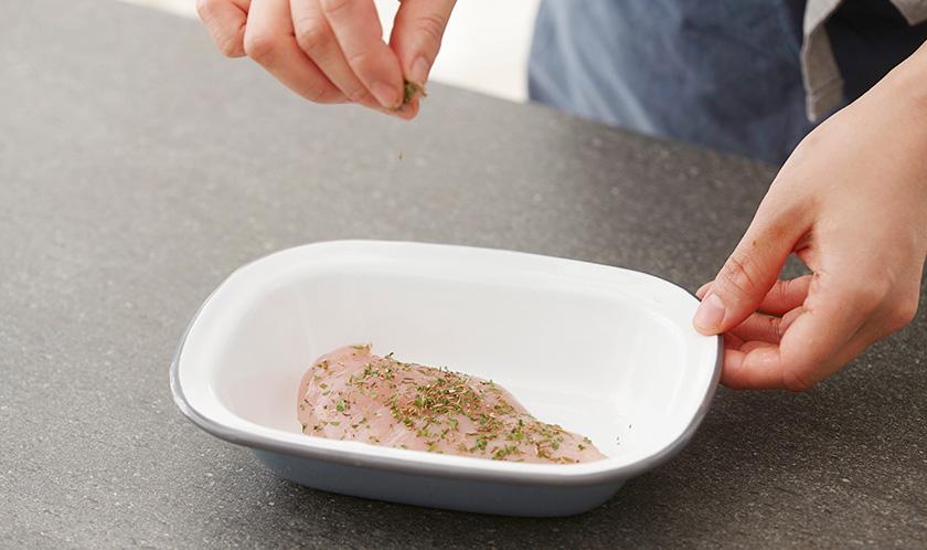 닭가슴살에 허브믹스 1큰술, 소금, 후춧가루를 뿌린다.