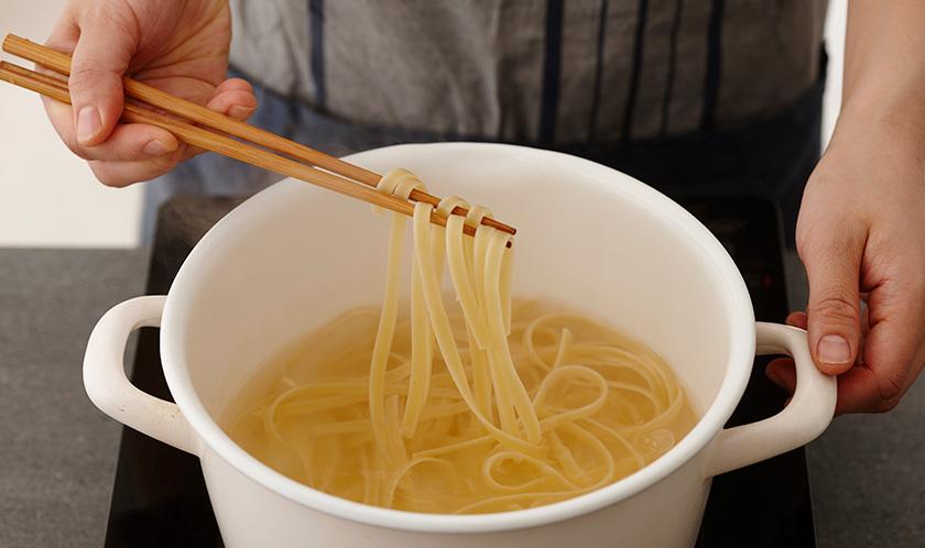 소금을 넣은 끓는 물에 페투치니를 10분간 삶는다.