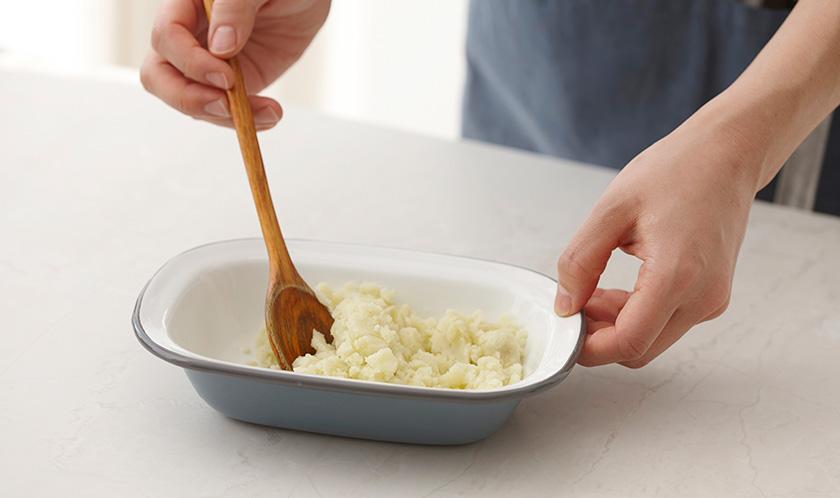감자는 삶아 곱게 으깨고, 삶은 달걀은 듬성듬성 자른다.
