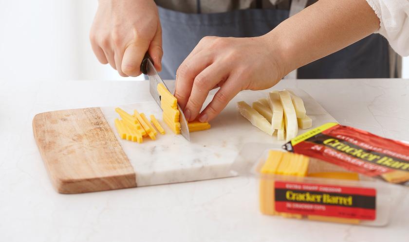 모차렐라 치즈와 체다치즈는 1cm 두께, 5cm 길이로 썬다.