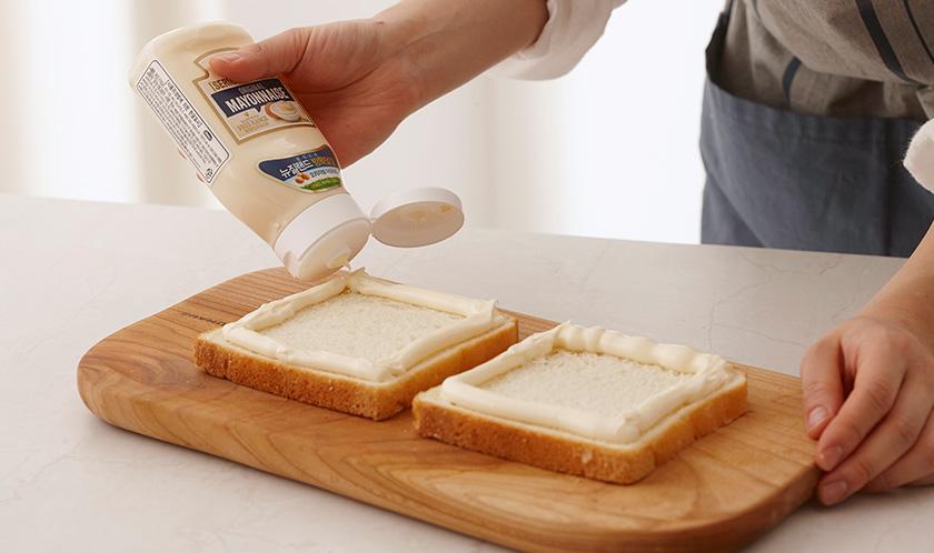 식빵 가장자리에 마요네즈를 짜서 테두리를 만든다.