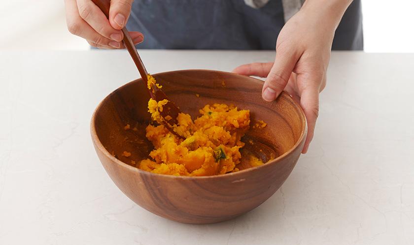 단호박은 껍질을 제거하고 찜기에 10분간 쪄내 나무주걱으로 으깬다.