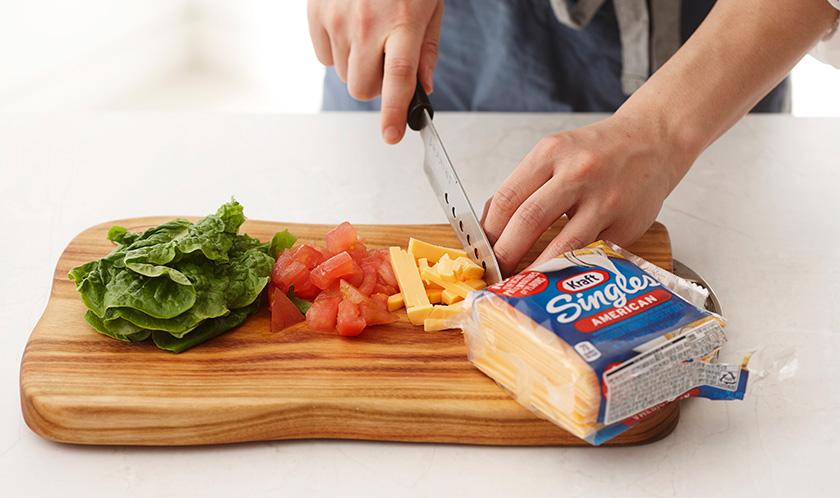 토마토는 사방 1cm 크기로 네모썰고 치즈는 굵게 채썬다.
