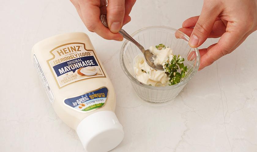 마요네즈에 청양고추와 라임즙을 넣어 섞는다.