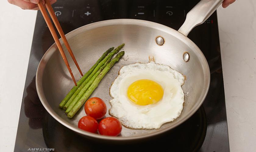 올리브오일을 두른 팬에 달걀은 소금을 뿌려 프라이하고, 방울토마토와 손질한 아스파라거스는 살짝 굽