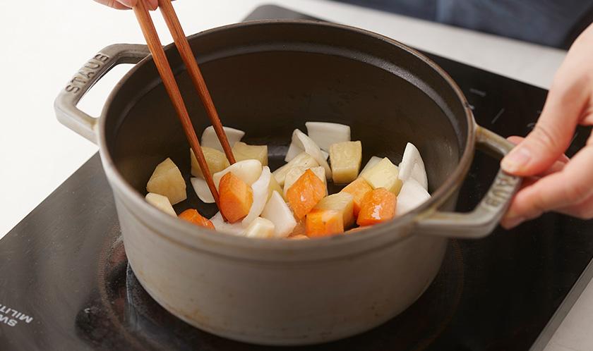 당근, 감자, 양파, 마늘은 한입크기로 잘라 식용유를 두른 냄비에 볶는다.