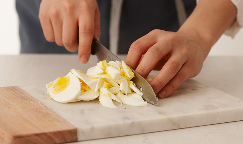 달걀은 삶아 곱게 다진다.
