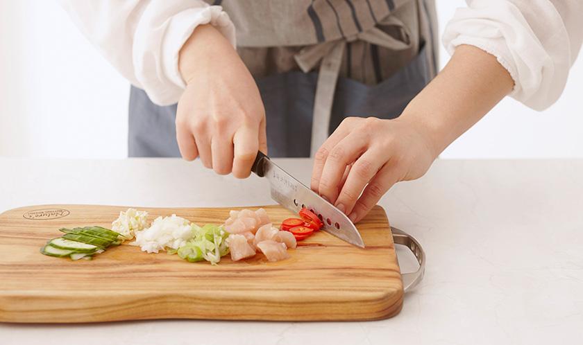 닭가슴살은 한 입 크기로 자르고, 대파, 양파, 마늘은 굵게 다지고, 홍고추와 오이는 슬라이스한다.