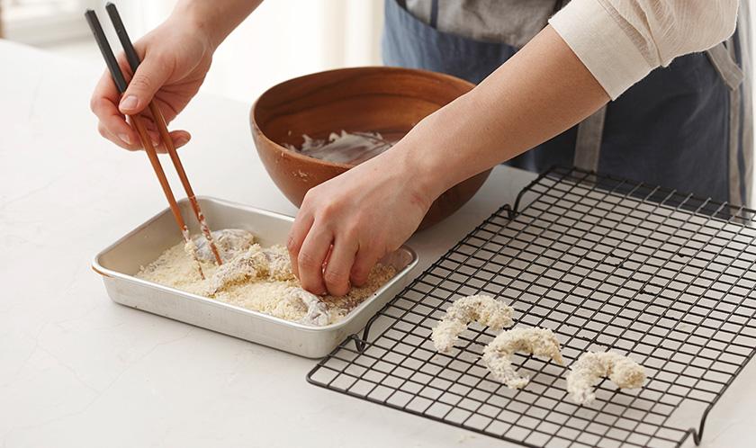 새우는 껍질을 벗겨 올리브오일과 빵가루를 뿌려 버무린 후, 180℃로 예열한 오븐에서 8분간 굽는다.