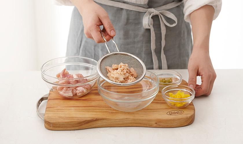 연어(통조림)는 체에 밭쳐 기름기를 제거하고, 닭다리살은 후춧가루를 뿌린 후 데리야키소스를 골고루 발라 30분간 재워두고, 치자단무지와 오이지는 곱게 다진다.