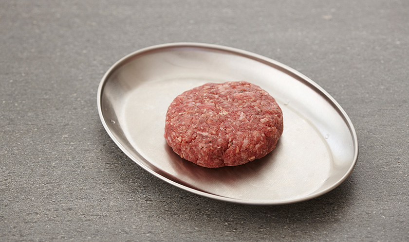 소고기에 소금, 후춧가루를 넣고 치댄 후, 동글납작하게 빚는다.
