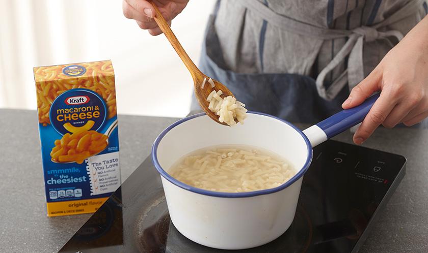 마카로니는 소금을 넣은 끓는 물에 7분 30초간 삶는다.