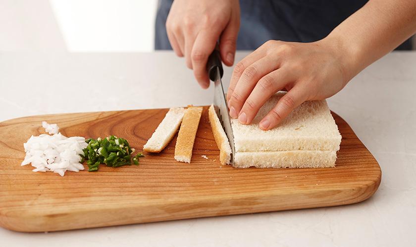 양파와 청양고추는 굵게 다지고, 식빵은 테두리를 자른 후 4등분한다.