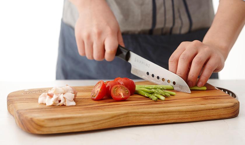 아스파라거스는 필러로 질긴 겉껍질을 벗겨 5cm 길이로 어슷썰고, 방울토마토는 이등분하고, 베이컨은 1cm 폭으로 썬다.
