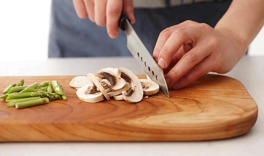 아스파라거스는 질긴 겉껍질을 필러로 가볍게 벗겨 어슷썰고, 양송이버섯은 얇게 슬라이스한다.