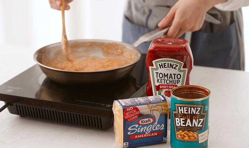 분량의 딥 재료를 팬에 넣고 치즈가 녹을 때까지 저으면서 끓인다.