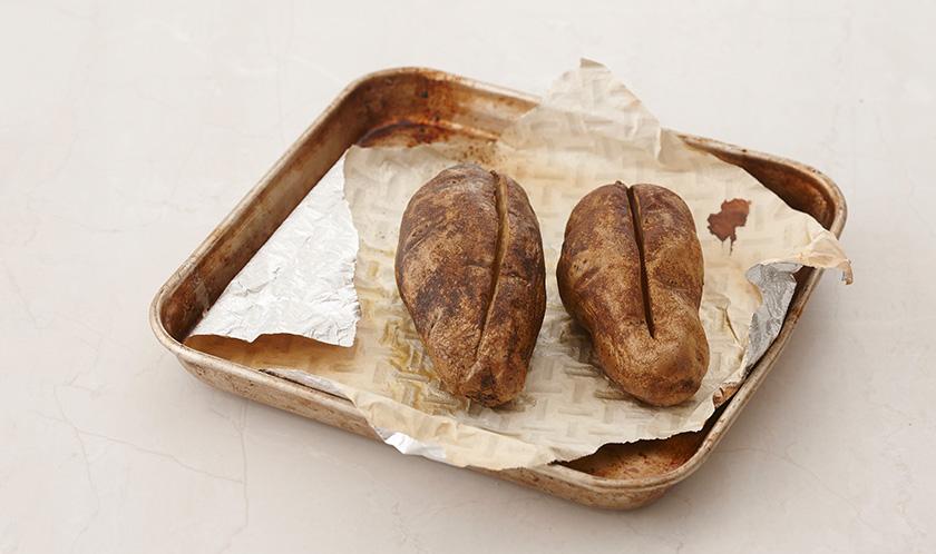 감자는 표면에 깊은 칼집을 넣은 후 200℃로 예열한 오븐에서 20분간 굽는다.