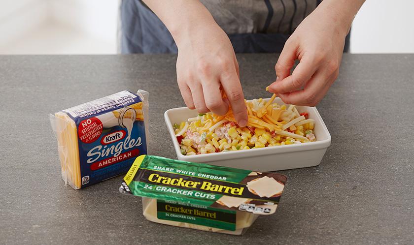 오븐용기에 1을 담고, 치즈를 채 썰어서 듬뿍 올린다.