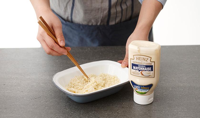 다진 마늘, 빵가루, 마요네즈를 섞는다.