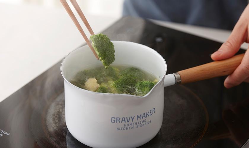 브로콜리와 콜리플라워는 한입크기로 잘라 소금을 넣은 끓는 물에 데친다.
