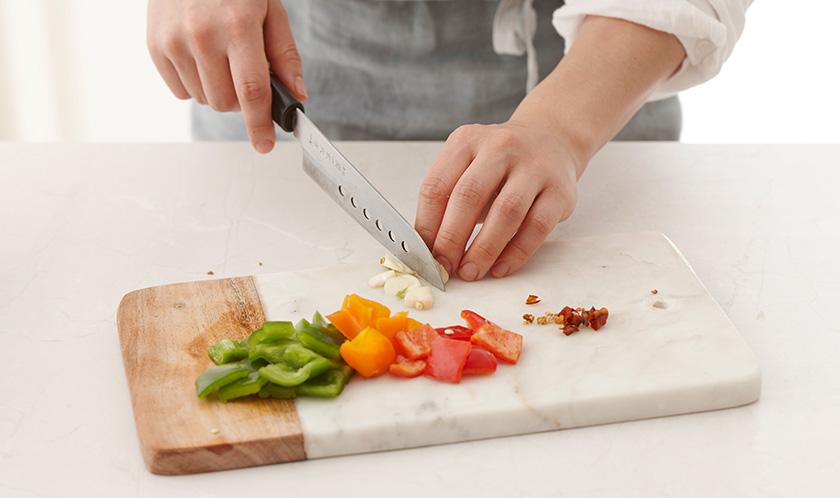 청피망과 홍피망은 네모썰고, 마늘을 편썰고, 마른 고추는 굵게 다진다.