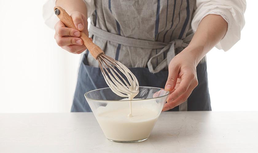 튀김가루에 적량의 물을 넣어 반죽한다.