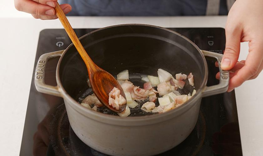 냄비에 버터를 녹인 후, 베이컨과 양파를 중불에서 볶는다.