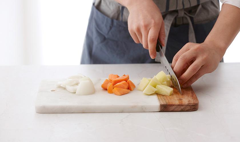 햇감자, 양파, 당근은 한입크기로 자른다.