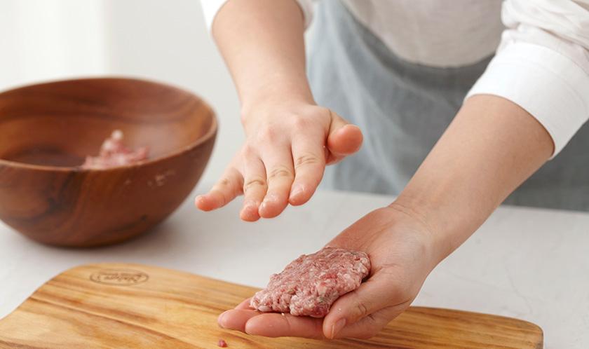 볼에 소고기, 다진 양파의 1/2분량, 대파, 새송이버섯, 분량의 양념을 넣어 치댄 후 동글납작하게 빚는다.