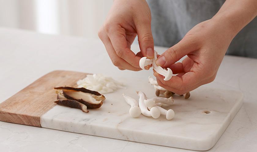 양파는 굵게 다지고, 표고버섯은 도톰하게 슬라이스하고 나머지 버섯은 결대로 찢는다.